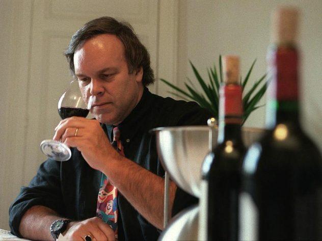 Robert Parker, catando para la guía de vinos Wine Advocate